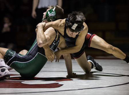 Wrestling action with Red Bluff vs. Foothill High School under the spotlight in Palo Cedro, California. Redactioneel