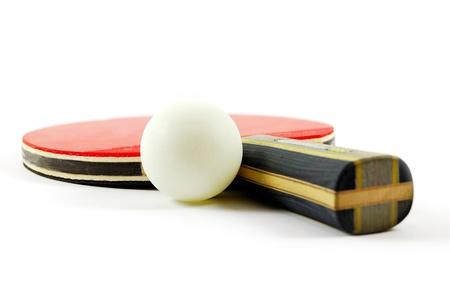 흰색 배경에 고립 탁구 라켓과 공