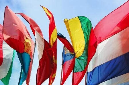 banderas del mundo: Banderas de varios estados de Europa contra el cielo azul