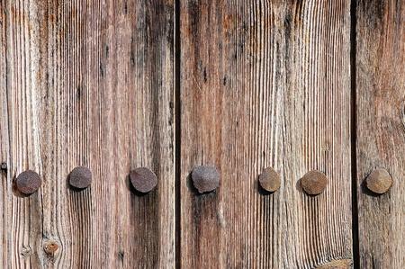 verdunkeln: Verwitterten Holzzaun Textur mit rostigen Nagel geschmiedet K�pfe