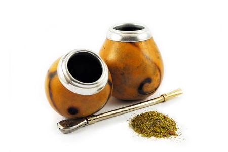 yerba mate: Dos calabazas de yerba mate aislados en blanco