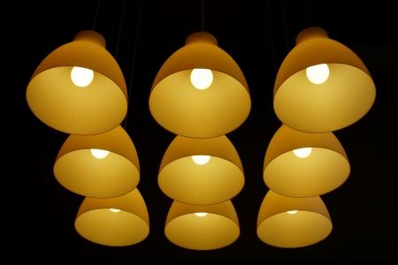 어둠 속에서 긴 코드에 매달려 천장 램프 세트
