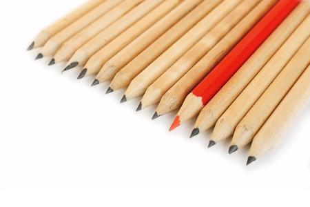 grafito: Fila de los l�pices de grafito en bruto con un color rojo como s�mbolo de diferencia y oposici�n