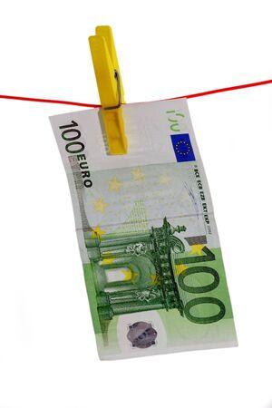 vals geld: 100 Euro Bill op een waslijn op een witte achtergrond
