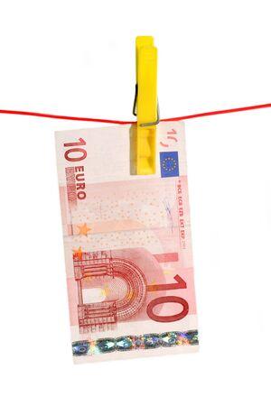 vals geld: 10 Euro Bill op een lijn van kleren op witte achtergrond Stockfoto