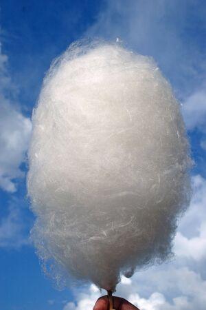 Algodones de azúcar contra el cielo azul de verano.