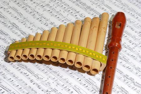 zampona: Panpipe con grabador en una nota hoja  Foto de archivo