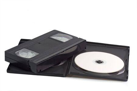 videocassette: Videocintas y discos vers�tiles digitales aisladas sobre fondo blanco Foto de archivo