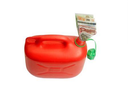 petrol can: Red de gasolina con billetes puede aislados en fondo blanco