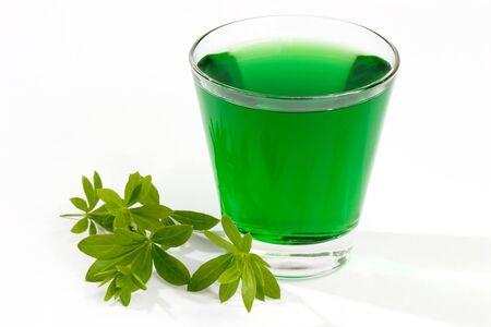 breen: Close-up di una bevanda verde Woodruff con foglie Archivio Fotografico