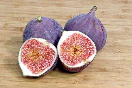 purple fig: Purple figs on a kitchen board