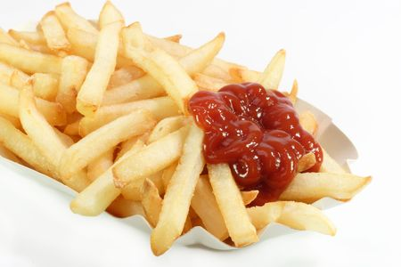 mahonesa: Crujiente de papas fritas en un plato con papel brillante de fondo