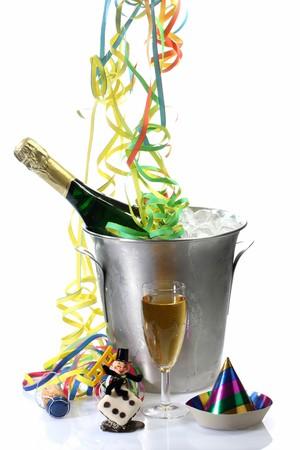 Champaigne fles in een ICER met nieuwe jaar versiering op lichte achtergrond