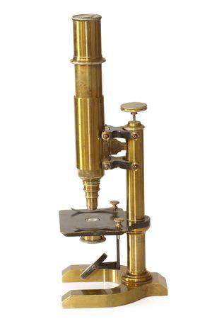 Ouderwetse microscoop uit de 19de eeuw. Geïsoleerd op witte achtergrond.