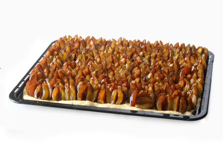 shorten: Ciruelas frescas sobre un pastel de ciruela sobre fondo brillante