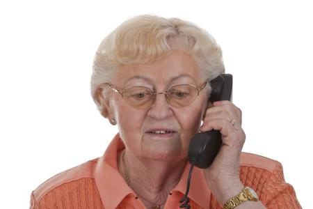 Senior vrouwelijke vrouw met telefoon geïsoleerd op witte achtergrond
