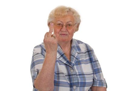 gestos: Senior femenino muestra signos de dedo medio - aislados en fondo blanco