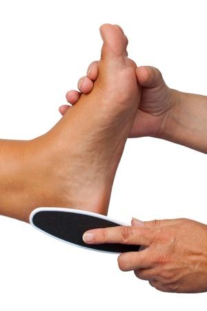 pedicura: Aislar a mano y pie de la mujer sobre fondo blanco