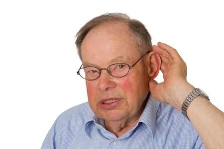 Man senior met hand op oor-geïsoleerd op een witte achtergrond.