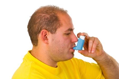 asthme: Jeune homme avec inhalateur isol� sur fond blanc