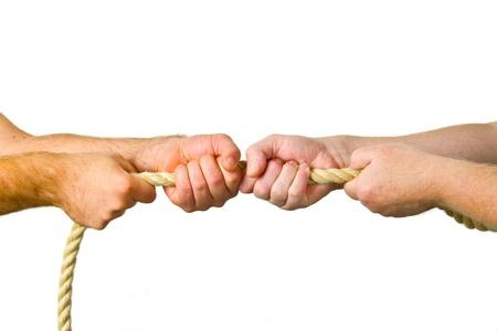 conflicto: Manos tirar de una cuerda - fondo blanco