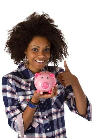 Vrouw afro american met piggy bank geà ¯ soleerd op witte achtergrond