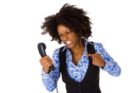 Angry African American vrouw met handset - geïsoleerd op witte achtergrond