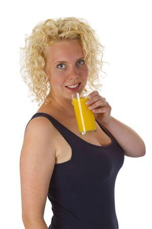 jus orange glazen: Jonge vrouw met een glas sinaasappelsap geïsoleerd op een witte achtergrond