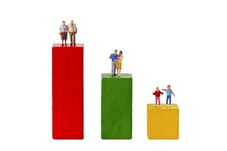 demografia: De pie figurillas y ladrillos de juguete aislados sobre fondo blanco