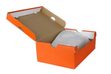 Boîte à chaussures en orange isolée sur fond blanc Banque d'images - 77649788