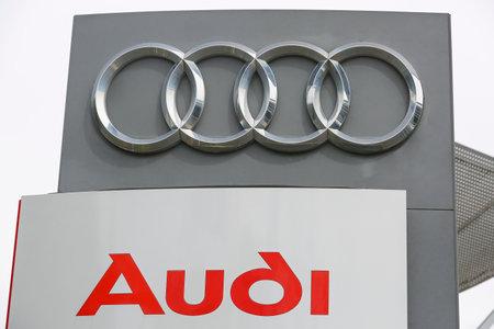 HUETTENBERG, DUITSLAND JULI, 2017: AUDI-logo op een winkelvoorgevel. AUDI is een Duitse autofabrikant gevestigd in Ingolstadt, BADEN-WA WURTTEMBERG, Duitsland. Redactioneel