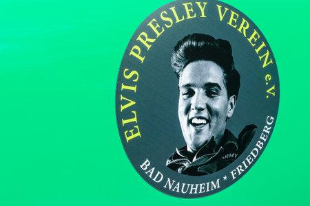 BAD NAUHEIM, DUITSLAND AUGUSTUS 2017: Elvis Presley Sticker op groene autoblad. Foto gemaakt op 16e Europees Elvis Festival