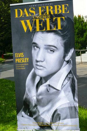 SLECHT NAUHEIM, DUITSLAND AUGUSTUS 2017: Vlaggen op 16de Europees Elvis-Festival ter nagedachtenis aan Elvis Presley.