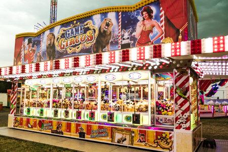 WETZLAR, ALEMANIA JULIO DE 2017: Una máquina de juego de grúas en un parque de atracciones tradicional llamado Ochsenfest en Wetzlar. Los premios son famosos personajes de peluche. Foto de archivo - 93039409