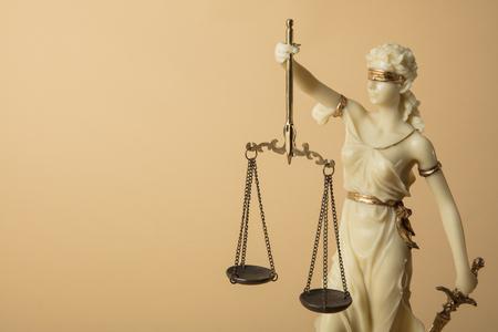 Justizia-figuur op beige achtergrond Stockfoto
