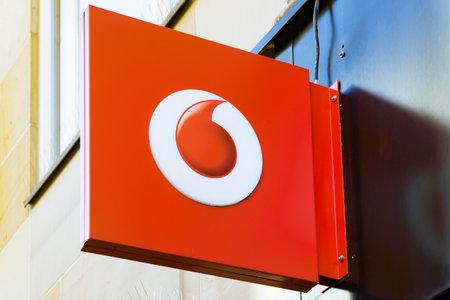 Wiesbaden, Allemagne - 03 juin 2018 : logo Vodafone sur une façade. Vodafone est une société multinationale britannique de télécommunications et le deuxième fournisseur mondial de télécommunications mobiles.