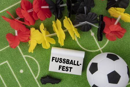 Fußballfest in deutscher Sprache bedeutet Fußballfest. Fußball mit Blumenkette in den Farben der deutschen Flagge und des Kalenders