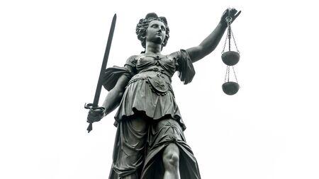 Statua sprawiedliwości z mieczem i skalą we Frankfurcie nad Menem na białym tle