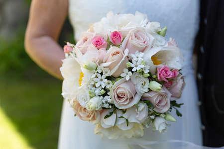Bride Holding Blooming Flowers in Detail Foto de archivo