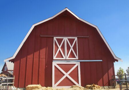 Red Barn met Blue Sky Background