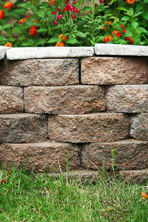 Residentiële achtertuin beton behoud van blok muur Planter Stockfoto