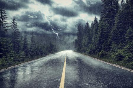 Tempesta di pioggia e fulmini sulla strada