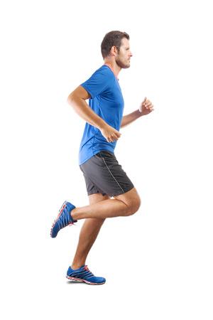 Junger attraktiver Athlet, der läuft und perfekte Lauftechnik zeigt. Blick von der Profilseite. Isolierter Ausschnitt auf weißem Hintergrund. Standard-Bild