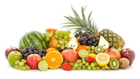 Un montón de diferentes frutas tropicales aisladas sobre fondo blanco. Alimentos y nutrición saludables, estilo de vida vegano y concepto de comercio justo orgánico.