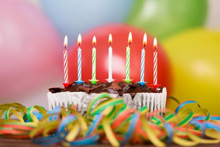 Kleurrijke verjaardagstaart met kaarsen. Verjaardag, feest en familie concept.