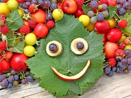 mosolygó arc a gyümölcs és levél