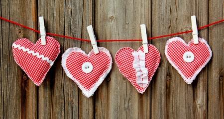 négy kézzel szív lóg fából készült fal Stock fotó