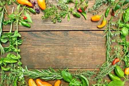tomillo: marco hecho a base de hierbas frescas y chiles Foto de archivo