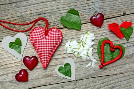 papel artesanal: Varios corazones de amor en la madera
