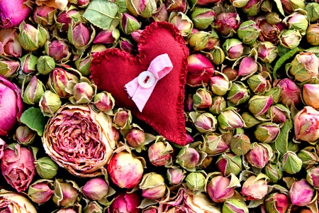 kis textil szív szárított rózsa